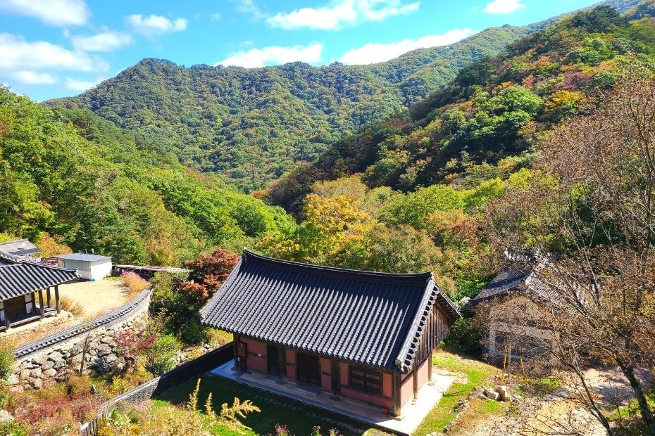 How To Go Hiking In Korea: Korean Hiking Tips with view of Deogyusan Mountain
